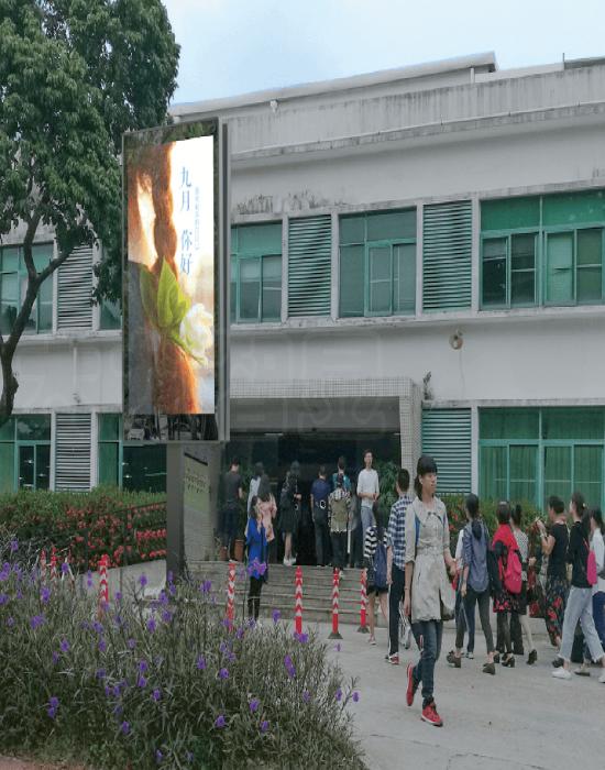 深圳大学食堂立柱广告机